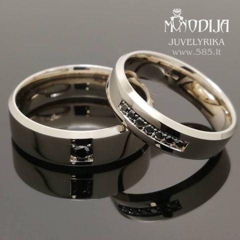 Balto aukso trapeciniai žiedai puošti juodais briliantais. Svoris 12g, briliantai po 0.015ct ir 0.06ct